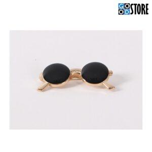 Moodsad mustade klaasidega prillid rõiva või lipsunõelaks