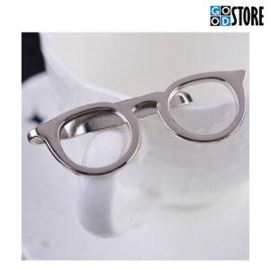 Moodsad hõbedased prillid rõiva või lipsunõelaks